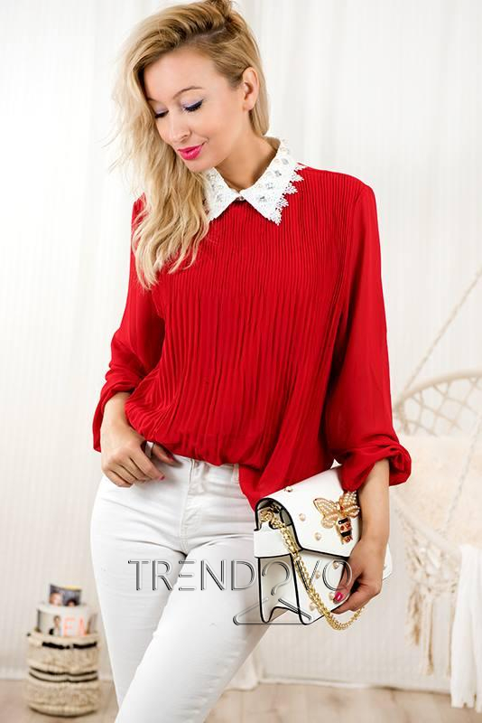 a1bc1c4307cc Červená blúzka s ozdobným golierom - Dámske oblečenie