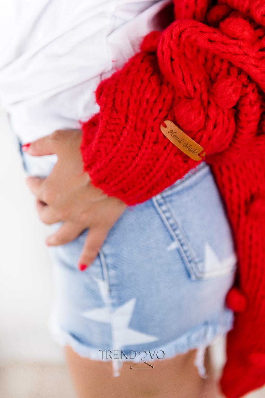 4b330ff3c396 Červený sveter s brmbolcami - Dámske oblečenie